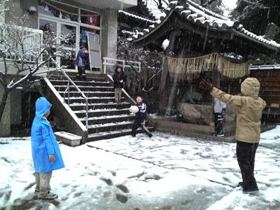 五毛天神で雪遊び