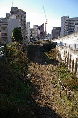 既に線路が取り払われて、向こうにはマンションが建てられようとしている。