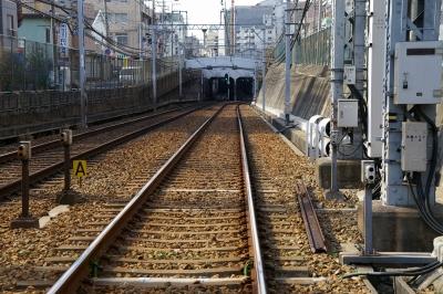 吸い込まれるように地下に消えていく阪神電車の線路。