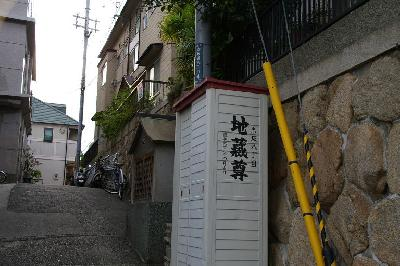 赤坂通8丁目。白い倉庫の左側に、ちゃんと祠がありました・・・。