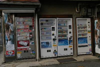 壁一面のタバコ自販機。むしろ自販機そのものが壁なのだろう。