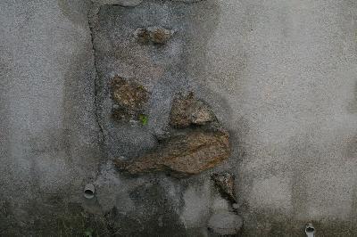 「ど根性石垣」とでも呼んであげたいケナゲさ。セメント職人の粋な計らい?それとも手を抜いただけ?