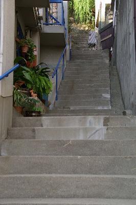 果てしなく続く階段。斜面住宅の必須アイテム?